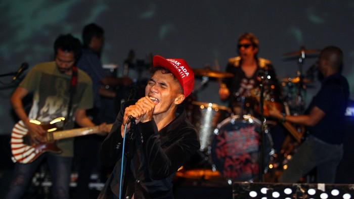 Group band Slank beraksi dalam konser mini bagi wartawan dalam peluncuran album terbarunya bertajuk Slank Nggak Ada Matinya di Teater Salihara, Pasar Minggu, Jakarta, Kamis, (31/10/2013). Peluncuran album yang ke-20 ini menandai perjalanan 30 tahun Slank berkarya dalam blantika musik Indonesia. File/detikFoto.
