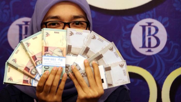 Warga menukarkan uang baru pecahan yang ditukarkan khusus untuk angpau Hari Raya Idul Fitri, di Bank Indonesia (BI) Jakarta, Jumat (18/7/2014).