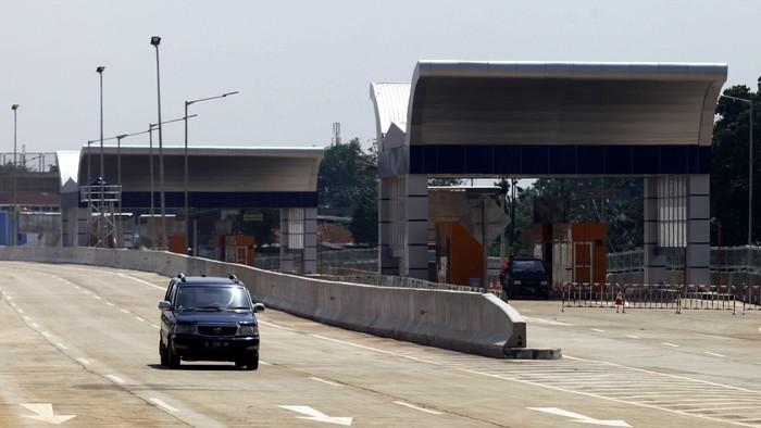 Pagi ini Tol Jakarta Outer Ring Road (JORR) W2 Utara, seksi Ciledug-Ulujami sepanjang 2,14 km diresmikan. Peresmian tol yang menjadi bagian dari JORR W2 Utara Kebon Jeruk-Ulujami sepanjang 7,67 km ini ditandai penekanan tombol oleh Menteri Pekerjaan Umum Joko Kirmanto.