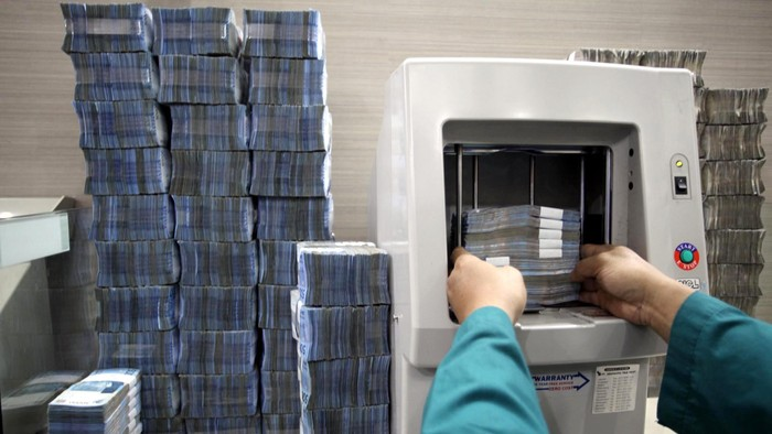 Bank Indonesia mencatat hingga akhir April 2013 jumlah uang kartal (uang tunai) yang beredar mencapai Rp 392,2 triliun. Menurut pejabat BI, kebutuhan uang tunai itu akan terus meningkat memasuki bulan Ramadan dan Lebaran mendatang. File/detikFoto.
