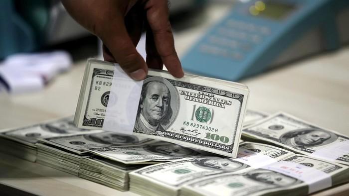 Nilai tukar rupiah pada Selasa (16/7/2013) pagi kembali bergerak melemah ke posisi Rp 10.010 per dollar AS seiring melambatnya pertumbuhan ekonomi China. Per hari ini rupiah melemah 20 poin sehingga menjadi Rp 10.010 dibanding posisi sebelumnya di Rp 9.990 per dollar AS. File/detikFoto.