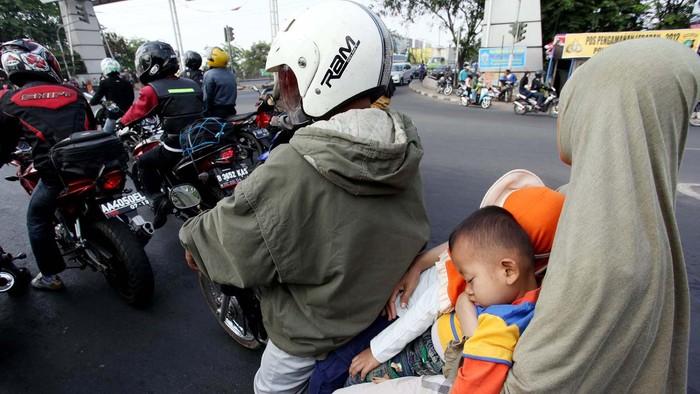 Keamanan anak saat mudik dengan sepeda motor benar-benar dipertaruhkan. Masih orang tua yang tidak memakaikan helm kepada anaknya saat berkendara ke kampung halaman.