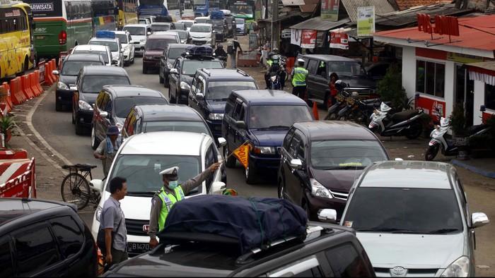 Prediksi puncak arus mudik pada H-3 sepertinya terbukti. Hari ini, Jumat (25/7/2014), kepadatan lalu lintas terjadi di Simpang Jomin, Karawang, Jawa Barat.