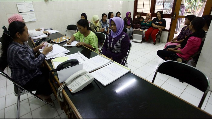 Sejumlah pembantu rumah tangga dan pengasuh bayi diberikan pelatihan untuk mengasuh bayi di Yayasan Ibu Gito, Kemang, Jakarta, Kamis (24/7/2014). H-4 menjelang lebaran permintaan jasa PRT dan pengasuh bayi infal semakin meningkat.
