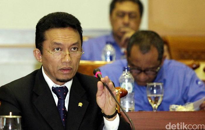 Menkominfo Tifatul Sembiring saat di temui dalam acara rapat membahas RUU Penyiaran dalam rapat kerja, diruang rapat Komisi I, Gedung Parlemen, Jakarta, Senin (23/09/2013). File/detikFoto