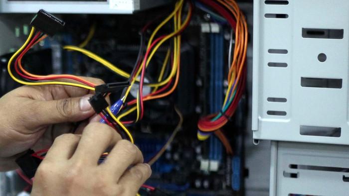 Sejumlah penyandang cacat menjalani pelatihan perakitan komputer dan aplikasi internet di LBK Pondok Bambu, Jakarta, Senin (14/01). Pelatihan ini diharapkan para peserta anak didik dapat mandiri dan berkarya dibidang teknologi digital. File/detikFoto.
