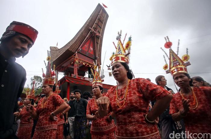 Salah satu adat istiadat dan kebudayaan Tana Toraja yang hingga sekarang masih terjaga kuat dan tetap dijalani adalah upacara kematian atau yang biasa disebut Rambu Solo. Upacara Adat Rambu Solo adalah salah satu ritual adat kematian di Tana Toraja yang bermakna mengantarkan arwah yang meninggal hingga ketujuannya yakni alam roh.
