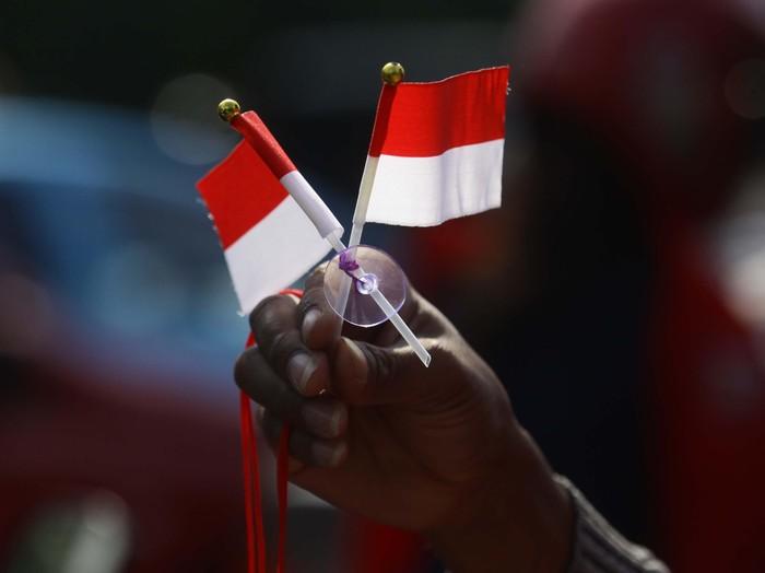 HUT RI 17 Agustus 2014, sebentar lagi. Beragam pernak-pernik untuk merayakan hari kemerdekaan mulai dijual di sejumlah perempatan di ibu kota. File/detikFoto.