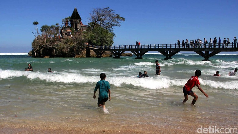 Seputar Pantai Balekambang yang Sering Disebut Tanah Lotnya Jawa Timur Foto: Budi Sugiharto