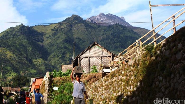 Melihat kegagahan Gunung Merapi dan Merbabu dari kecamatan Selo Kabupaten Boyolali (10/6/). File/detikFoto.