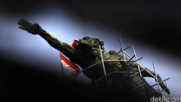 Kehadiran Patung Dirgantara tak dapat dilepaskan dari sosok Presiden Sukarno. Presiden pertama Indonesia itu diketahui menjadi inisiator hadirnya Patung Dirgantara yang berada di kawasan Pancoran tersebut. Diinisiasi Sukarno pada tahun 1964, patung ini diketahui terinspirasi akan kekaguman Sukarno pada sosok astronot dari Rusia yang berhasil terbang ke luar angkasa. Harapannya, dapat menjadi contoh untuk bangsa Indonesia kelak. Sukarno pun meminta tolong pada maestro perupa sekaligus karibnya, Edhi Sunarso. Sesuai keinginan Sukarno, Edhi pun merancang sebuah patung dengan sosok pria gagah yang seakan tengah terbang dengan tangan kanannya. Filosofinya, patung itu dibuat menghadap ke arah bandara pertama Indonesia di Kemayoran. Fakta menarik, patung ini dibangun langsung dengan menggunakan pendanaan dari kantong pribadi Sukarno. Pengerjaannya pun dilakukan di studio Edhi di Yogyakarta, sebelum akhirnya dibawa dan dipasang di lokasi. Hasan Alhabshy.
