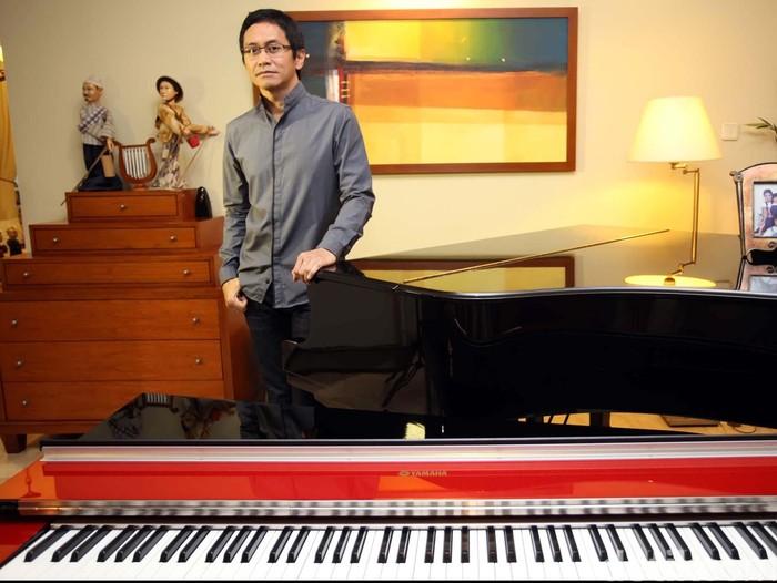 Addie Muljadi Sumaatmadja atau lebih dikenal dengan Addie MS yang juga dikenal sebagai pianis, pencipta lagu, komponis, arranger, dan sekaligus produser musik saat ditemui di kediamannya. File/detikFoto.