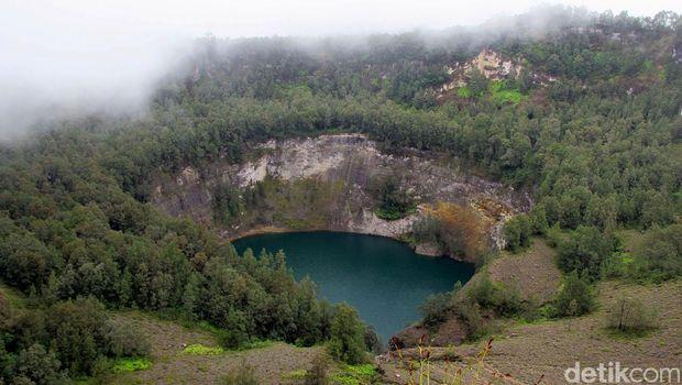 Gunung Kelimutu terletak di Flores, NTT, punya 3 danau yang bisa berubah warna. Di puncak, wisatawan juga bisa menikmati kopi sembari menyaksikan keindahan danau yang aduhai.