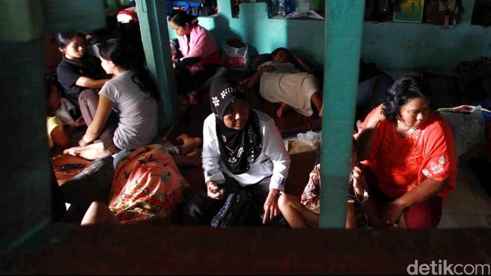 Pembantu infal di penampungan sementara jasa penyalur pembantu rumah tangga dan baby sitter Ibu Gito di kawasan Cipete, Jakarta Selatan, Jumat (2/8).