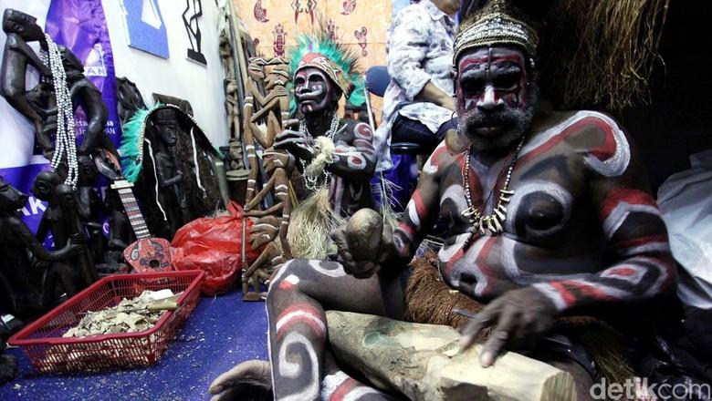 Kerajinan seni Suku Asmat dari daerah Papua, ikut meramaikan dan memeriahkan pameran UKM