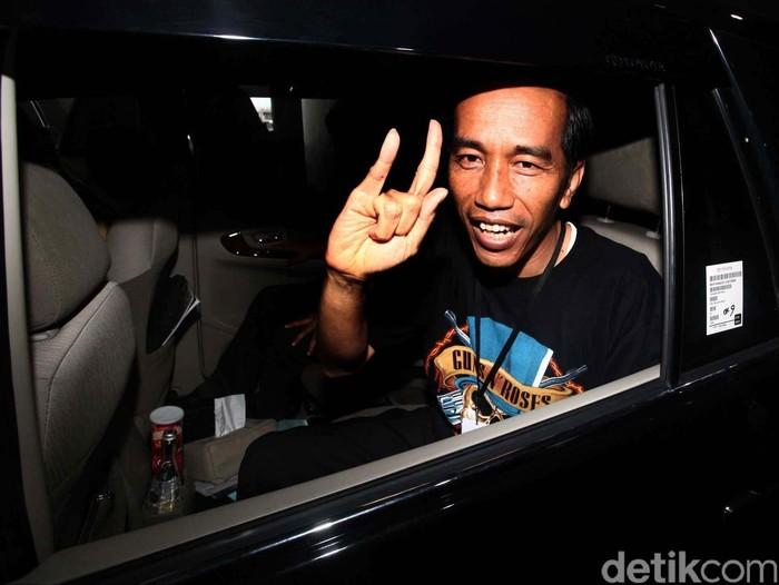 Gubernur DKI Jakarta Joko Widodo menyempatkan diri menonton Konser Guns N Roses di di Mata Elang Internasional Stadium (MEIS) Ancol, Jakarta (16/12/2012). File/detikFoto.