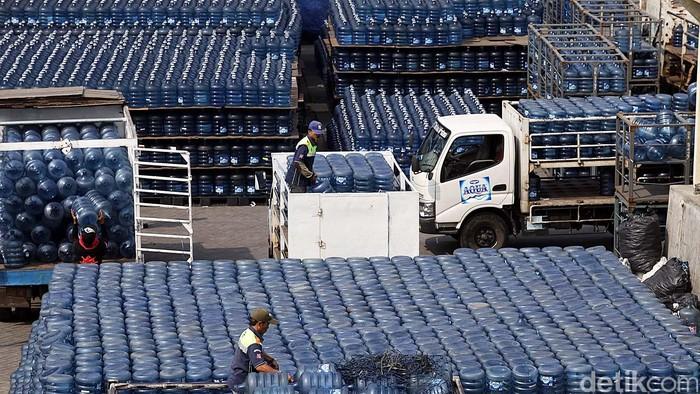Fenomena tahunan kelangkaan air minum dalam kemasan (AMDK) khususnya kemasan galon terus terulang. Hal ini karena tersendat distribusi air galon tersebut. File/detikFoto.