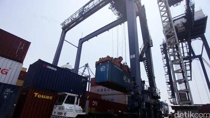 Pekerja melakukan proses bongkar muat kontainer di Pelabuhan JICT, Tanjung Priok, Jakarta, Selasa (2/9/2014).