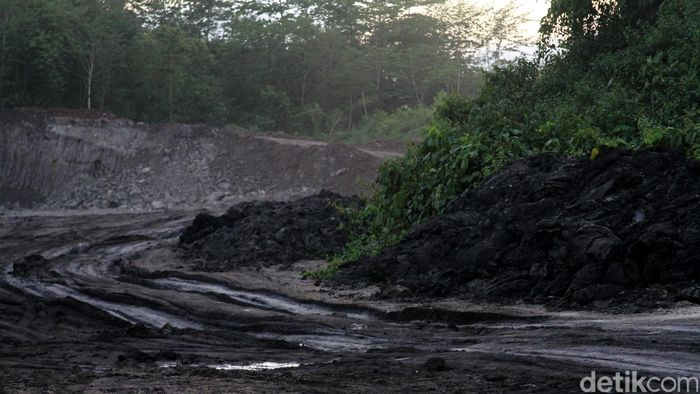 Pertambangan aspal di Kabupaten Buton Sulawesi Tenggara.