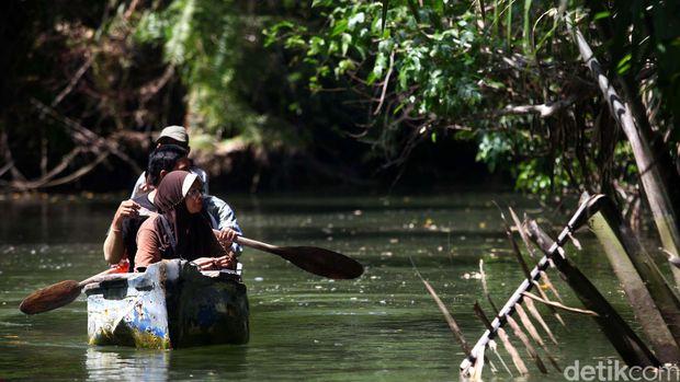 Wisatawan melakukan aktivitas berkano di Sungai Cigenter, Taman Nasional Ujung Kulon, Banten. Sungai Cigenter terletak di Taman Nasional Ujung Kolon dilokasi ini adalah salah satu habitat Badak Jawa. File/detikFoto