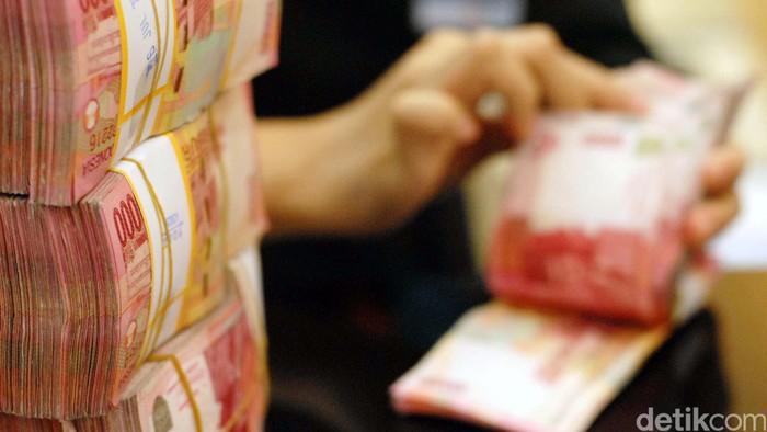 Petugas menghitung uang setoran tunai di Kantor Cabang Pembantu Bank BNI, Jakarta Pusat, Rabu (8/8/2012). File/detikFoto