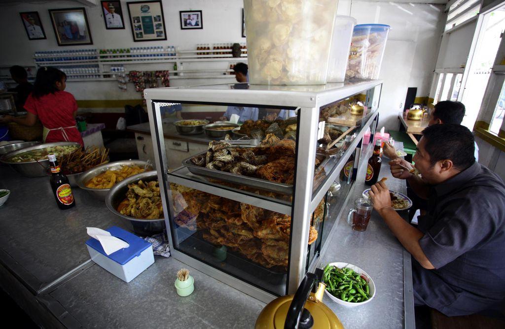 Restoran Warteg Ma' Djen yang berada di Jalan Tanah Mas Raya, Kelurahan Kayu Putih, Pulo Gadung, Jakarta Timur.