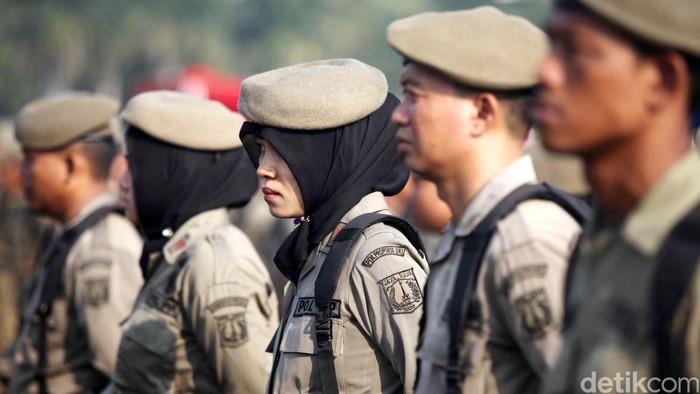 Upacara HUT Satpol PP ke-63 dan satuan perlindungan Masyarakat ke-51 di Lapangan silang Monas, Jakarta, Selasa (30/4). Pada HUT ke 63 tersebut diharapkan personel Satpol PP DKI harus tegas namun tetap menjunjung tinggi rasa kemanusiaan dalam menjalankan tugasnya.
