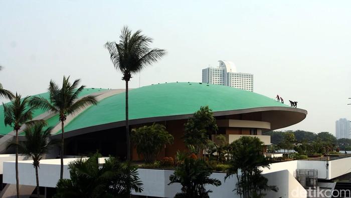 Kubah kura-kura Gedung Nusantaara (Gedung DPR) di kompleks parlemen MPR-DPR RI, Senayan, Jakarta dibersihkan.