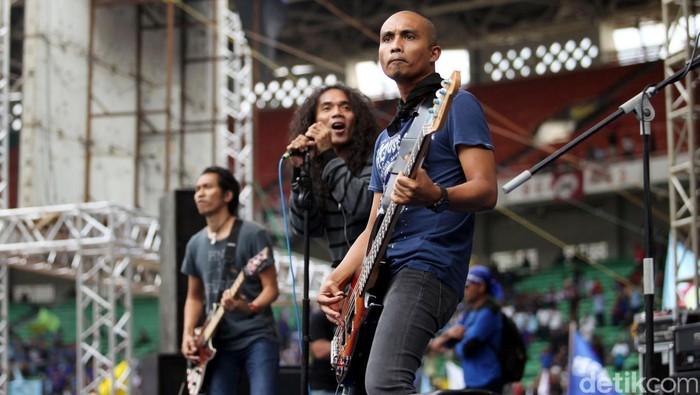Grup band Slank menghibur ribuan buruh di Gelora Bung Karno, Senayan, Jakarta, Selasa (1/5) memperingati Hari buruh Internasional yang jatuh pada 1 Mei dan dikenal dengan sebutan May Day. File/detikFoto.