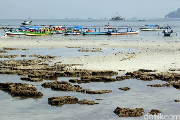 Pantai Pasir Putih berada di Rangai Tri Tunggal, Katibung, Kabupaten Lampung Selatan. Selain foto-foto, di sini kamu bisa berenang, snorkling, surfing dan naik kano. (Foto: Rengga Sancaya)