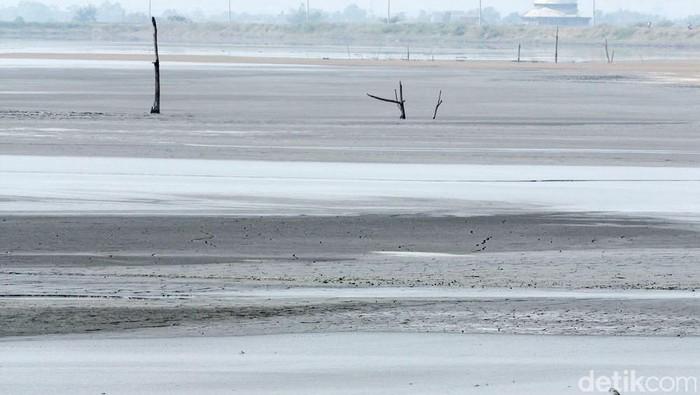 Semburan lumpur lapindo di Porong, Sidoarjo, sudah berlangsung 6 tahun. Belum ada tanda-tanda, semburan akan berhenti total. Kini sejumlah desa di Porong, Kedungbendo serta Besuki pun menjadi hamparan lumpur, Minggu (3/6/2012). File/detikFoto.