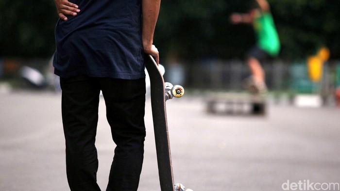 Aktivitas komunitas Senayan Skateboarder di Gelora Bung Karno (GBK) di kawasan Senayan.