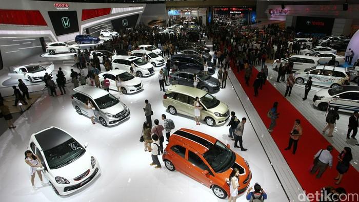 Pengunjung memadati area pameran Indonesia International Motor Show 2014 di JIEXPO, Kemayoran, Jakarta, Kamis (18/9/2014). IIMS 2014 akan menampilkan 36 merek dari anggota Gabungan Industri Kendaraan Bermotor (Gaikindo).