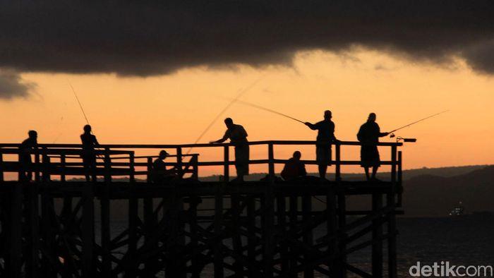 Satu diantara pesona Kabupaten Banyuwangi adalah keindahan matahari terbit (sunrise). Di Pesisir Ketapang, wisatawan bisa menyaksikan detik-detikkemunculan matahari yang cukup menawan. Selain itu, tak sedikit wisatawan yang memancing di Selat Bali tersebut, Kamis (27/7/2012). File/detikFoto.