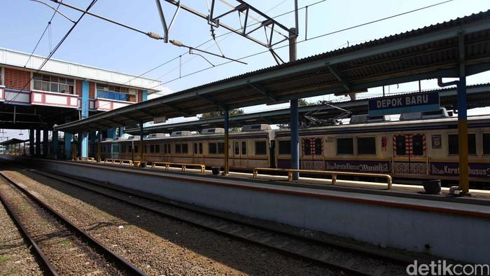 Suasana di Stasiun Kereta Depok Baru, Jawa Barat, Selasa (25/6). PT KAI telah melakukan penataan dan perbaikan di Stasiun Depok Baru diantaranya membongkar kios-kios untuk dijadikan lahan parkir, mensterilkan lokasi peron dari pedagang. File/detikFoto.