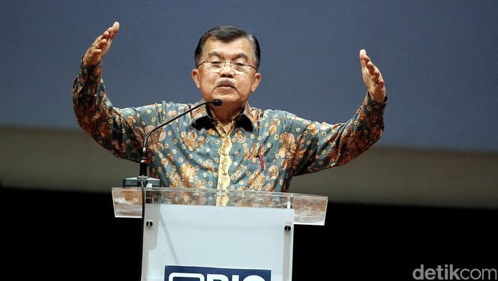 Wakil Presiden terpilih, Jusuf Kalla (JK) menghadiri diskusi bertajuk, Mengatasi Kemiskinan dan Ketimpangan, di Jakarta, Selasa (23/09). Dalam diskusi tersebut, membahas penurunan kemiskinan di Indonesia yang terus melambat dan ketimpangan yang meningkat tajam.