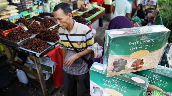 Pedagang kurma, air Zam-Zam dan aneka oleh-oleh haji di Tanah Abang Jakarta, Senin (22/9). Pedagang di salah satu toko penjual oleh-oleh haji mengaku menambah persediaan berbagai macam oleh-oleh haji untuk mengantisipasi peningkatan permintaan pada musim ibadah haji.