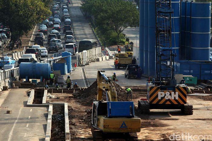 Pembangunan MRT Jakarta akhirnya dimulai di tahun 2013, saat Gubernur DKI Jakarta kala itu Joko Widodo akhirnya mengumumkan bahwa proyek ini akan dilanjutkan dan terdaftar sebagai salah satu proyek prioritas dalam anggaran kota Jakarta tahun 2013. Foto: Rengga Sancaya