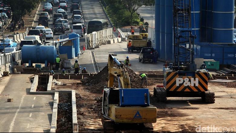 Pemprov DKI terus mengebut pembangunan  proyek Mass Rapid Transit (MRT), di kawasan Jalan MH Thamrin, Jakarta, Senin (22/09). Sejumlah pekerja tengah menyelesaikan pembangunan proyek Mass Rapid Transit (MRT), di kawasan Jalan MH Thamrin, Jakarta.