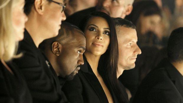 Kim Kardashian dan Kanye West ketika menghadiri acara peragaan busana salah satu desainer berdarah Israel, Alber Elbaz.