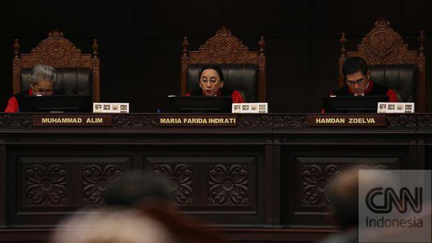 Hakim Mahkamah Konstitusi Maria Farida Indrati (tengah), 2014.