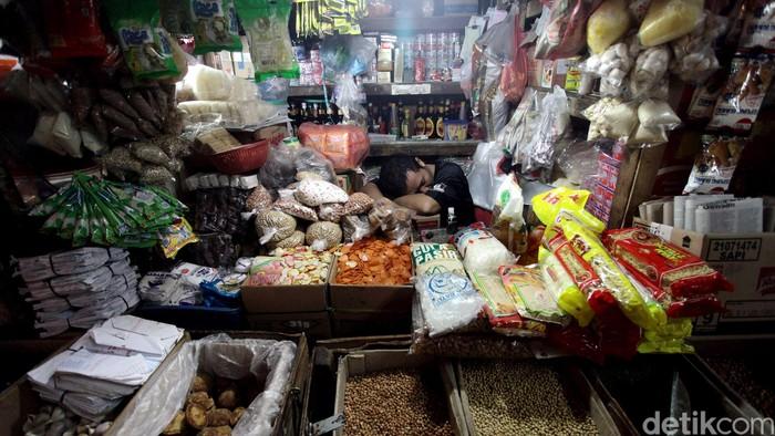 Pedagang merapihkan barang jualan mereka di Pasar Pal Merah, Jakarta Barat, Rabu (01/10/2014). Badan Pusat Statistik (BPS) mengumumkan laju inflasi September 2014. Bulan lalu, terjadi inflasi 0,27% secara bulanan.