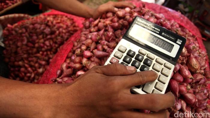 Sejumlah pedagang melakukan jual-beli di pasar induk kramat jati jakarta (13/3/2013). Harga bawang merah kembali mengalami lonjakan. Lonjakan yang terjadi tiap hari tersebut sekarang menembus harga Rp 50.000/Kg. File/detikFoto.