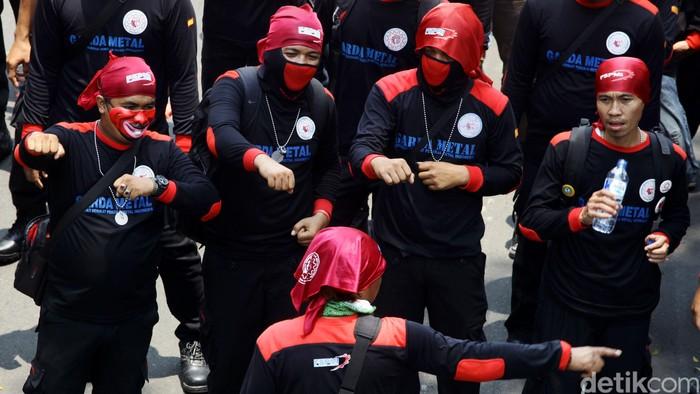 Demo buruh membuat lalu lintas dari Bundaran HI arah Istana Merdeka, Jl Medan Merdeka Utara, terhambat. Kendaraan tak bisa melintas dan harus mengalah tertahan di belakang barisan buruh yang menuntut kenaikan UMP ini.