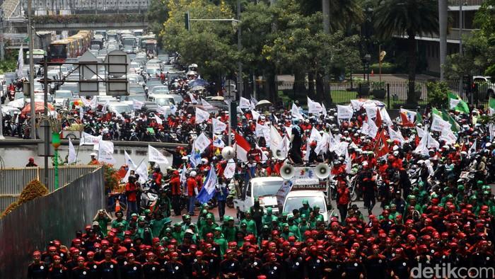 Gabungan berbagai kelompok buruh berunjuk rasa di depan Istana Merdeka, Jakarta Pusat, Rabu (1/5). Aksi damai tersebut dalam rangka peringatan Hari Buruh Internasional untuk menuntut pemerintah meningkatkan kesejahteraan buruh serta program jaminan sosial. File/detikFoto.