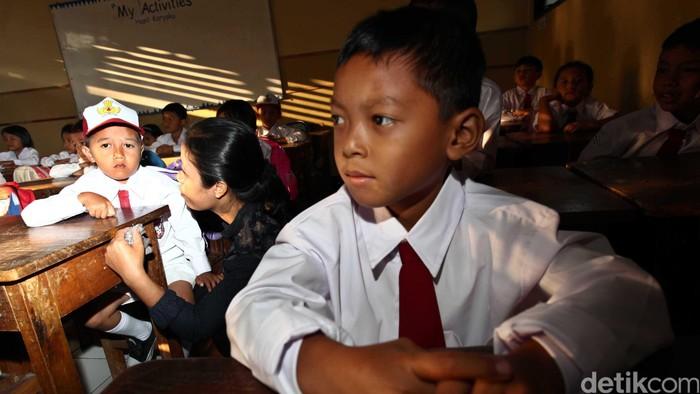 Berbagai ekspresi terpancar dari raut wajah para siswa-siswi SDN 02 Kampung Gedong, Pasar Rebo, Jakarta Timur (16/7) saat hari pertama sekolah di tahun ajaran baru. Ada yang masih tampak malu-malu bertemu teman barunya, ada yang masih harus ditemani orang tua di dalam kelas, ada yang asyik bermain, ada juga yang senang bertemu teman baru dan bersemangat dan serius mendegarkan penjelasan guru. File/detikFoto.
