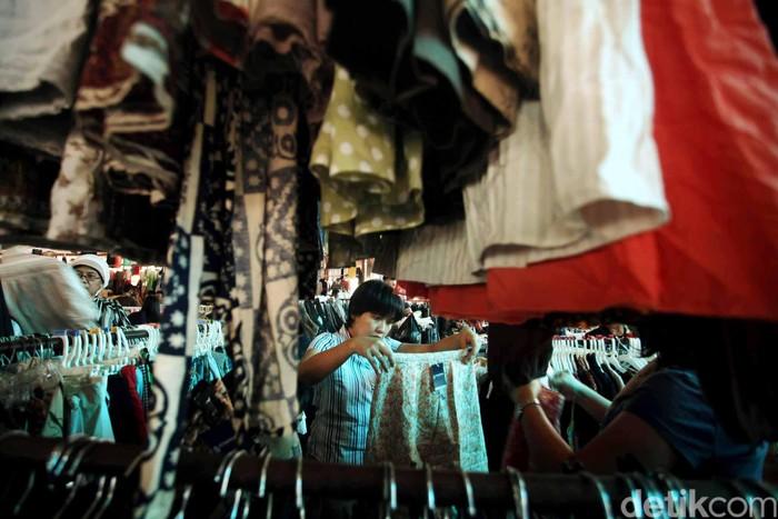 Pembeli memilih pakaian bekas yang dijual di Pasar Poncol Senen, Jakarta, Senin (20/8). Berburu pakaian impor bekas yang bermerk, trendy dan ekonomis menjadi tradisi warga. Pakaian bekas tersebut dijual Rp 5 hingga 40 ribu per potongnya. Jauh lebih murah dari membeli pakaian baru dengan harga rata-rata Rp 100 ribu per potong.