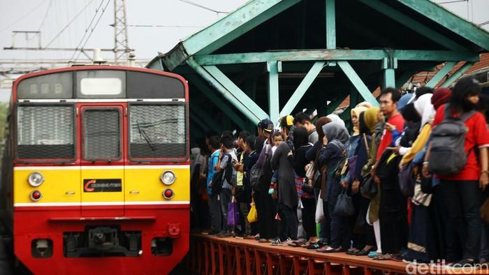 Penumpang naik kereta commuter line di Stasiun Manggarai, Jakarta, Senin (6/10/2014). Pemerintah menaikkan tarif dasar tiket kereta rel listrik (KRL) Jabodetabek. Namun, harga tiket yang dibayar masyarakat tidak naik. pemerintah menambah anggaran subsidi atau Public Service Obligation (PSO) untuk KRL Jabodetabek.