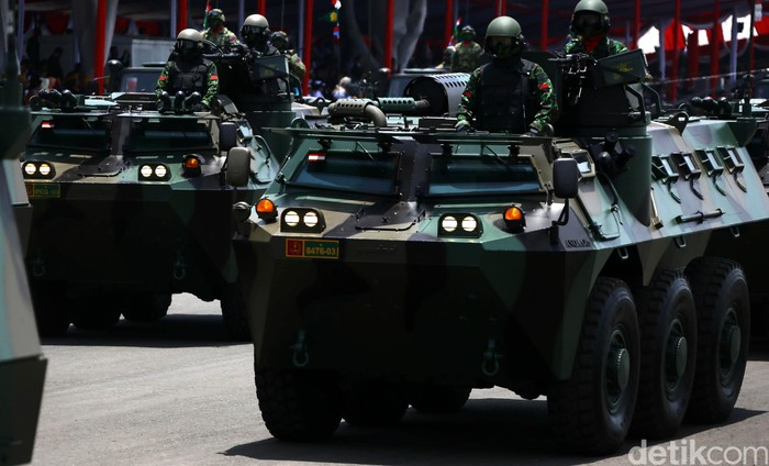 Peringatan HUT TNI kali ini terasa spesial dikarenakan hadirnya beberapa alutsista baru yang kini telah dimiliki oleh TNI. Parade persenjataan berat digelar di Dermaga Ujung, Surabaya, Jawa Timur, Selasa (07/10/2014). Tak ketinggalan Panser Anoa buatan Pindad turut dipamerkan.