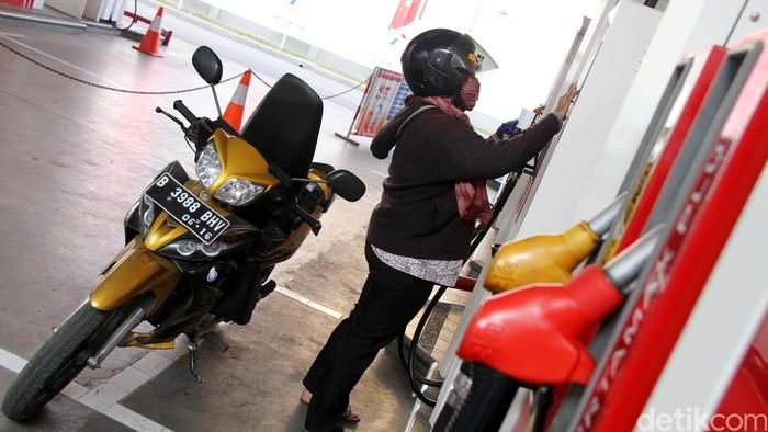 Pengendara sepeda motor mengisi bahan bakar minyak sendiri di Stasiun Pengisian Bahanbakar Umum (SPBU Pertamina) 34-101-02 yang berada di Jalan Hasyim Ashari, Jakarta Pusat, Jumat (3/8). Terhitung sejak 20 Juli, SPBU ini menerapkan pengisian bahan bakar self service untuk para pengendara sepeda motor. File/detikFoto.